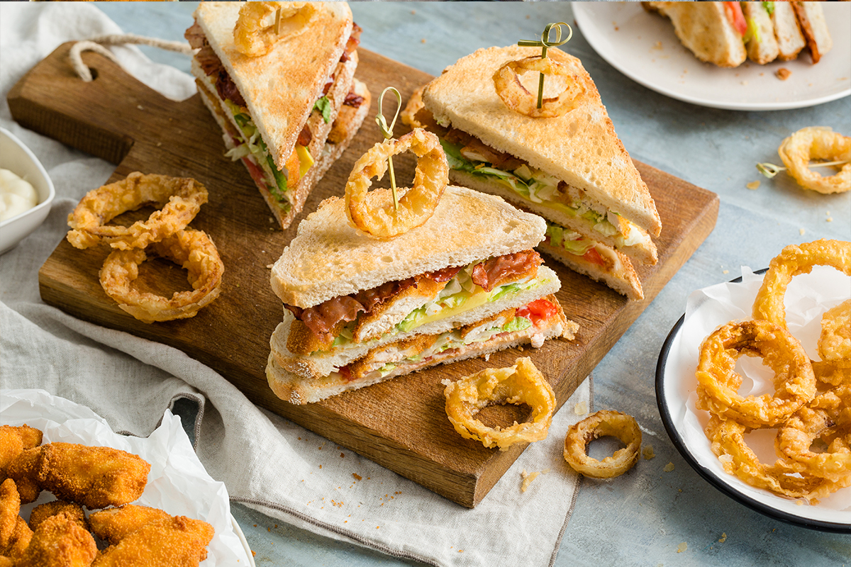 Club sandwich met krokante kip en uienringen