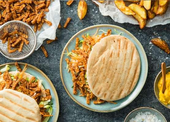 Pita's met knapperig gekruide tempeh en kerrie hummus