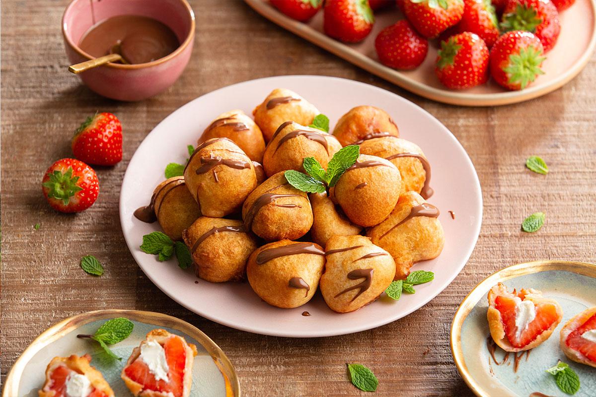 Met mascarpone gevulde gefrituurde aardbeien met chocoladesaus