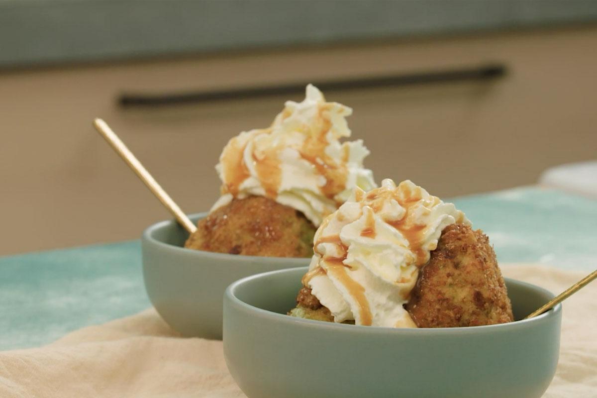 Gefrituurd ijs met kletskoppenkruimel en gezouten karamel