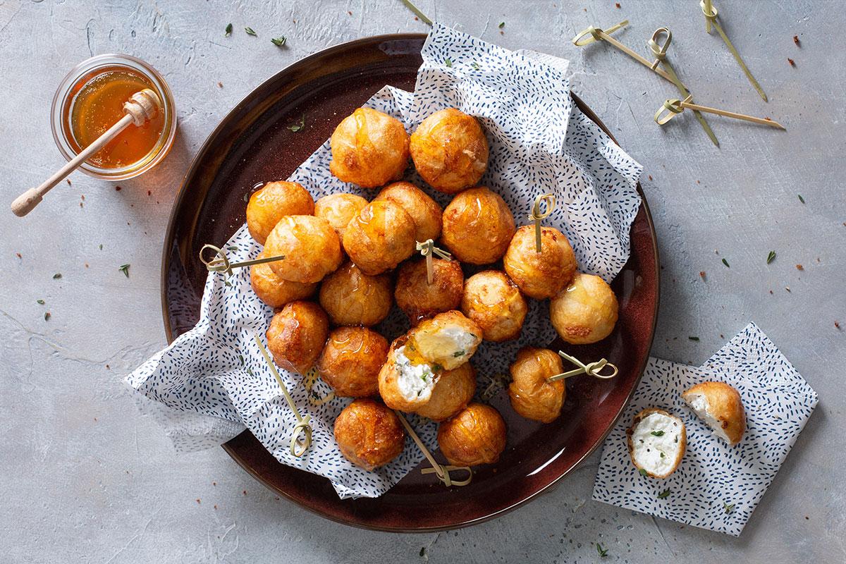 Honing-geitenkaasballetjes met zwarte peper